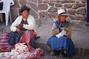 sm-08-9182-two-women-in-pisac-mercado