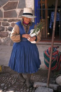 sm-08-9184-older-woman-in-pisac-mercado