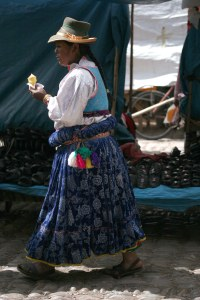 sm-08-9489-woman-w-ice-cream-cone-pisac-mercado